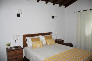 A bed or beds in a room at Quinta da Figueirinha