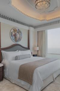 A bed or beds in a room at The St. Regis Abu Dhabi