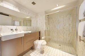 A bathroom at Wyndel Apartments North Sydney - Harbour Watch