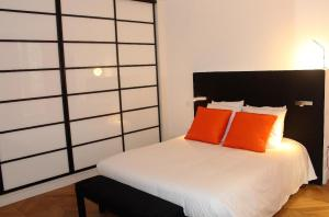 A bed or beds in a room at L'appart de l'intendance