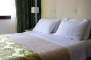 Ein Bett oder Betten in einem Zimmer der Unterkunft Green Park Hotel