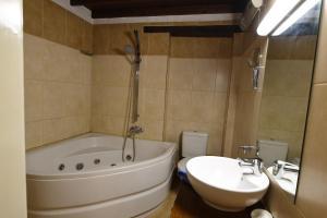 A bathroom at Enipnion Apartments