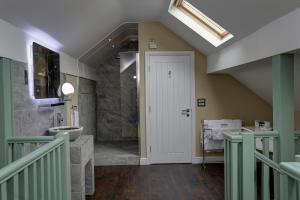 A bathroom at Rogerthorpe Manor Hotel