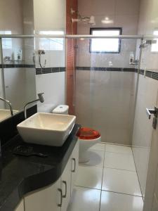 A bathroom at Casa na Barra de São Miguel com diária de Lancha e Cozinheira/arrumadeira