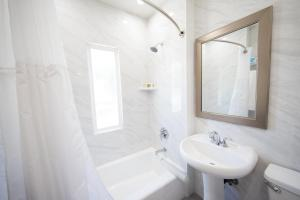 A bathroom at Wilshire Crest Hotel