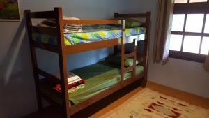 Uma ou mais camas em beliche em um quarto em Pousada Do Moinho