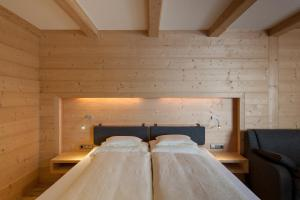 A bed or beds in a room at Hotel Garni Pirchhütt
