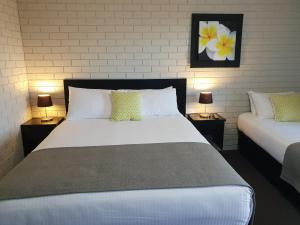 A bed or beds in a room at Crystal Fountain Motel Albury