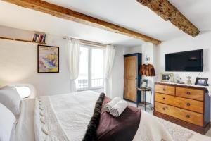 A bed or beds in a room at Heart Of Valbonne