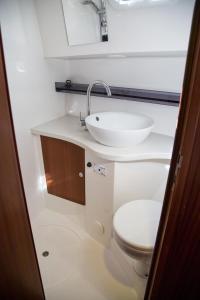A bathroom at Nautiner 40