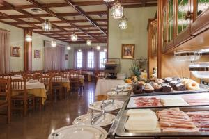 A restaurant or other place to eat at Hotel Restaurante Emilio