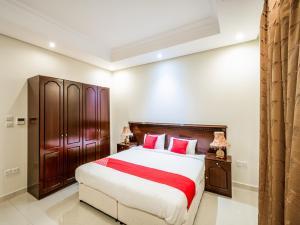 سرير أو أسرّة في غرفة في Capital O 162 Brzeen Hotel