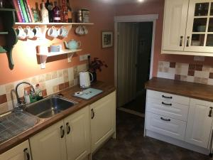 A kitchen or kitchenette at Ham Tree Cottage