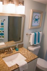 A bathroom at Grand Seas by Exploria Resorts