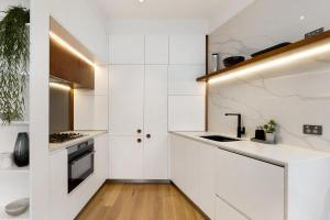 A kitchen or kitchenette at Penthouse Style Living In Thriving Rocks District