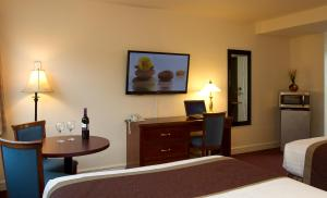 A television and/or entertainment centre at Scott's Inn & Restaurant
