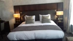 A bed or beds in a room at The King's Head Wetherspoon