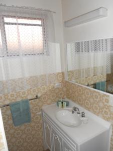 A bathroom at CoomaCountry Club Motor Inn