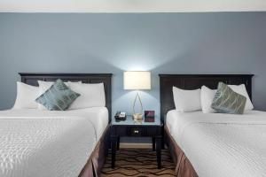 A bed or beds in a room at Ogunquit River Inn & Suites, Ascend Hotel Collection