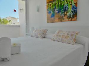 A bed or beds in a room at Apartamentos Sureda