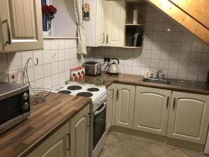 A kitchen or kitchenette at Holford House, Peak District Cottage built 1877