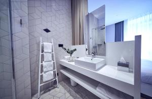 A bathroom at Maison Nô - Hôtel et Rooftop