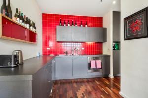 A kitchen or kitchenette at Stunning Multilevel Apartment In Hip Neighbourhood