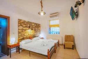 Ein Bett oder Betten in einem Zimmer der Unterkunft Ilioni Studios