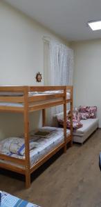 Двухъярусная кровать или двухъярусные кровати в номере Antilopa Hostel