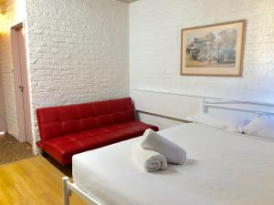 A bed or beds in a room at Marco Polo Motor Inn Sydney