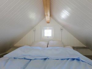 A bed or beds in a room at Valen Cabins in Reine