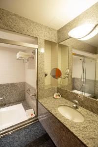 A bathroom at Golden Tower São Paulo Hotel