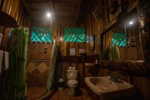 Un baño de Hotel La Costa de Papito