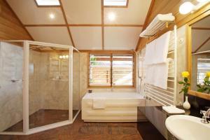 A bathroom at Kims Beachside Retreat