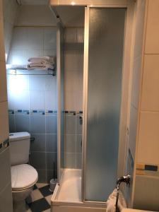 Salle de bains dans l'établissement LE CABOUILLET