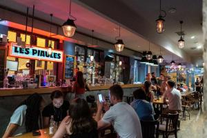 A restaurant or other place to eat at Les Piaules - Belleville