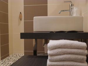 A bathroom at Citotel Hôtel des Messageries