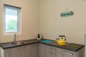 A cozinha ou cozinha compacta de Hideout Suites - from Eagle Beach
