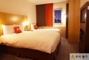 A bed or beds in a room at ibis Ambassador Insadong