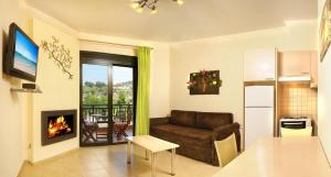 A seating area at Avra Apartments
