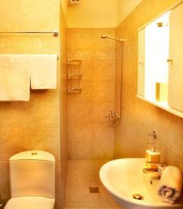 A bathroom at Avra Apartments