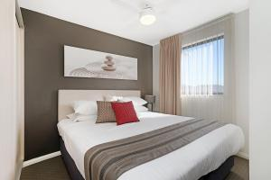 A bed or beds in a room at Beau Monde Apartments Newcastle - Boulevard Apartments