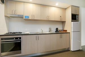A kitchen or kitchenette at Beau Monde Apartments Newcastle - Boulevard Apartments