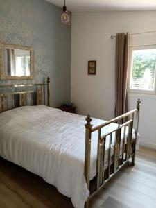 A bed or beds in a room at Le Gite au Vert