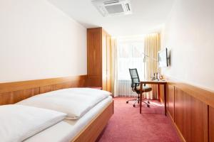 A bed or beds in a room at Bayerischer Hof