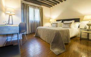 A bed or beds in a room at Abad Toledo