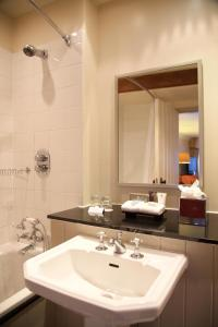 A bathroom at Swan Hotel & Spa
