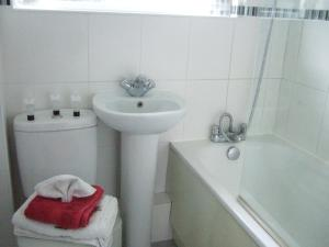 A bathroom at Gibbs Couch