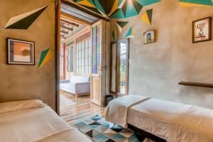 Een bed of bedden in een kamer bij Selina La Candelaria Bogotá