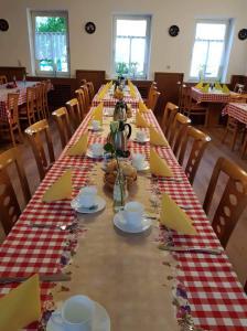 Ein Restaurant oder anderes Speiselokal in der Unterkunft Zur Sonne